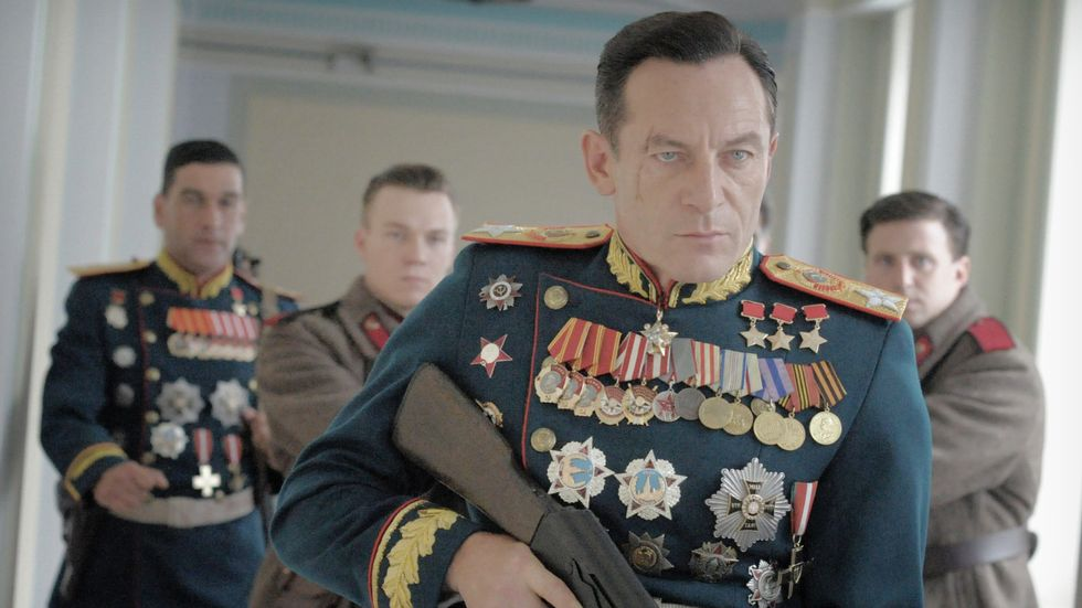 TULLER MED STALIN: I «Death of Stalin» kødder de med Stalin. Her ser man Jason Isaacs som Georgy Sjukov.                       (Foto: Selmer Media)