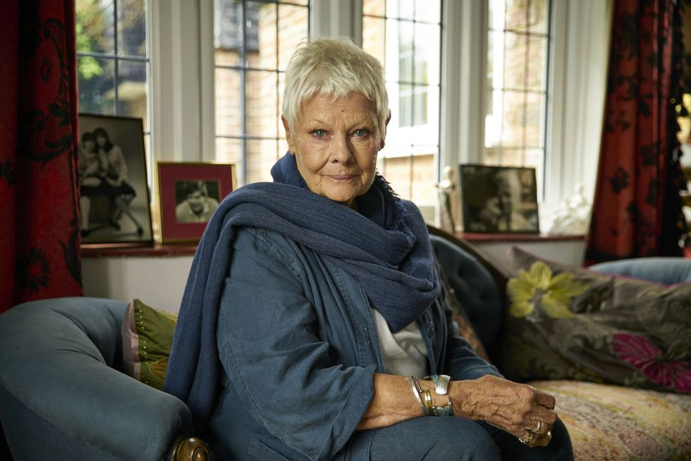 FAVORITTEN: Judi Dench fremstilles som tidenes mest sympatiske menneske i denne filmen. Foto: Another World Entertainment                       (Foto: Mark Johnson)