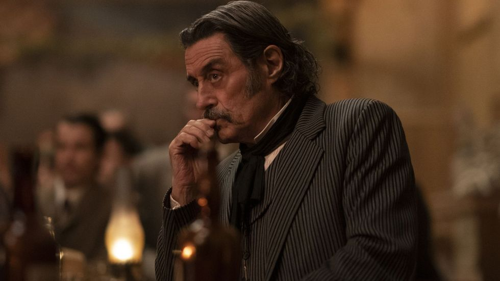 ANTIHELT-ALFAHANN: Ian McShane som Al Swearengen i «Deadwood: The Movie». Foto: Warrick Page / HBO Nordic