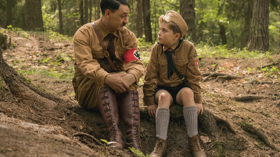 Taika Waititi and Roman Griffin Davis i filmen Jojo Rabbit.                        (Foto: Kimberley French)
